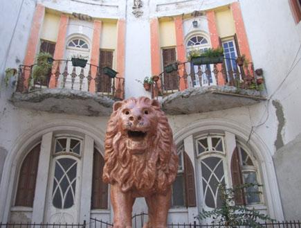 הבית ופסל האריה בסמטה פלונית