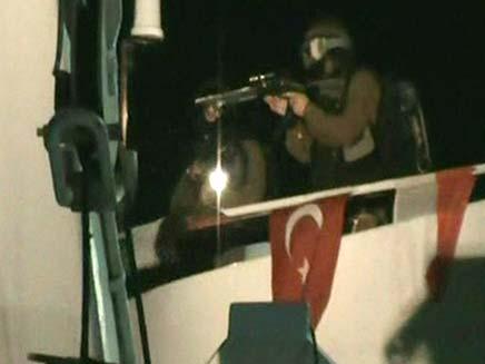 חיילים משתלטים על הספינה בלב ים (צילום: AP)