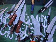 """עשרות הסכינים שנמצאו בספינה (צילום: דו""""צ)"""