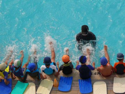 ילדים בשיעור שחייה (צילום: arturbo, Istock)