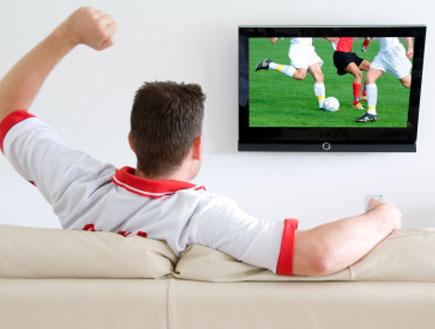 גבר צופה בכדורגל (צילום: istockphoto)
