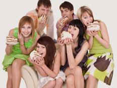 קבוצת בני נוער אוכלים (צילום: istockphoto)