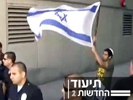צפו בנער בגוב המפגינים (צילום: חדשות 2)