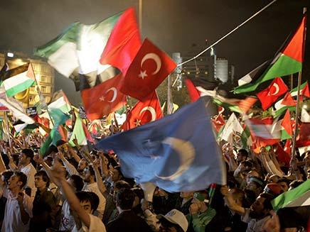 """חוגגים בטורקיה את הגעתם של """"פעילי השלום"""" (צילום: AP)"""