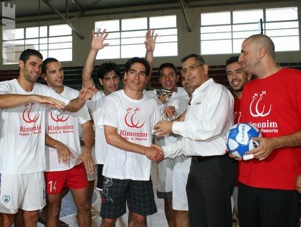 יואב זיו מקבל את הגביע בסיום המשחק (צילום: מערכת ONE)