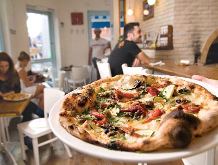 דירוג פיצריות: הפיצה (צילום: אילן נחום, על השולחן)