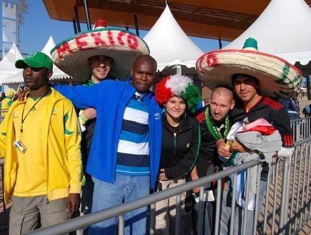 אוהדי דרום אפריקה ומקסיקו במשחק הפתיחה (שי לוי) (צילום: מערכת ONE)