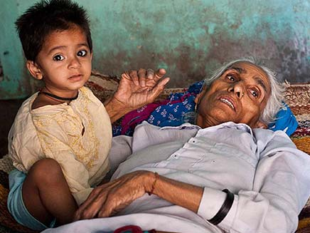 """לא ידעתי שלידה בגיל 70 מסוכנת"""". האם ההודית (צילום: הסאן)"""