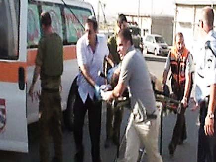 פינוי אחד הפצועים, הבוקר (צילום: חדשות 2)