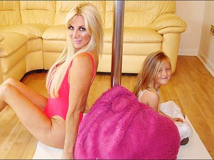 פופי ושרה ליד העמוד (צילום: הסאן)
