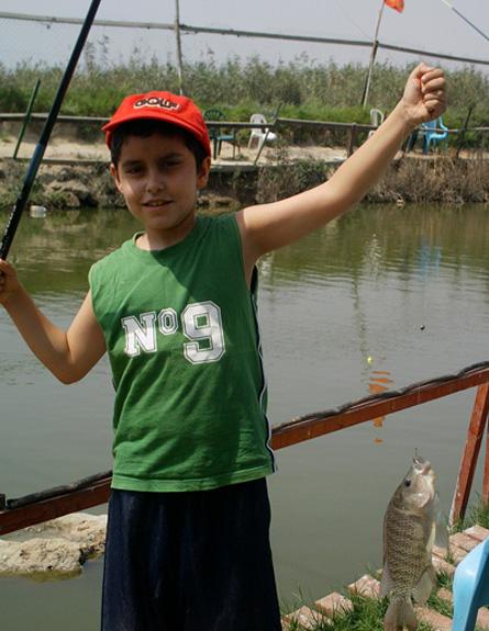 טיולי משפחות: ילד בפארק הדייג מעיין צבי