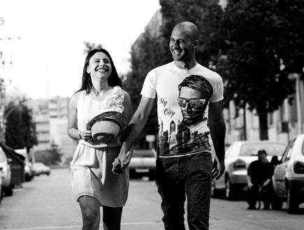לנה ומעיין תמונה שחור לבן ברחוב (צילום: פוני)