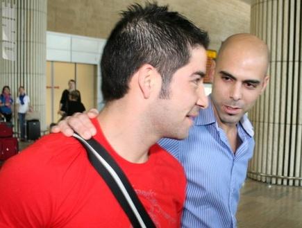 אלברס נוחת בישראל כבר עם חולצה אדומה (שרון קביליו) (צילום: מערכת ONE)