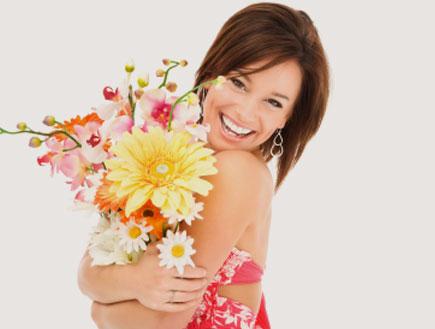 אישה מקבלת פרחים (צילום: Justin Horrocks, Istock)