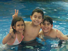 טיולי משפחות: ילדים בבריכה בפארק הדייג מעיין צבי