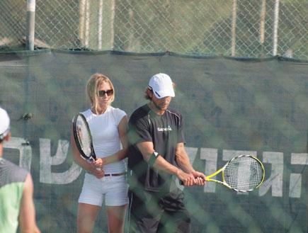גיא גיאור ודפנה דה גרוט משחקים טניס (צילום: אלעד דיין)