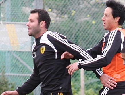 עידן טל ושמעון גרשון משתעשעים באימון (גיא בן זיו) (צילום: מערכת ONE)
