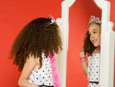 ילדה מסתכלת במראה (צילום: istockphoto)