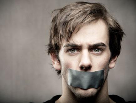 גבר עם סלוטייפ על הפה (צילום: istockphoto)