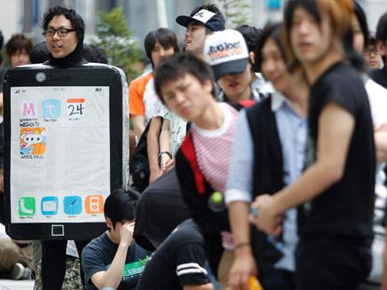 פסיכים מחכים לאייפון (צילום: רויטרס)