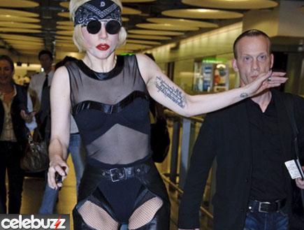 ליידי גאגא נופלת