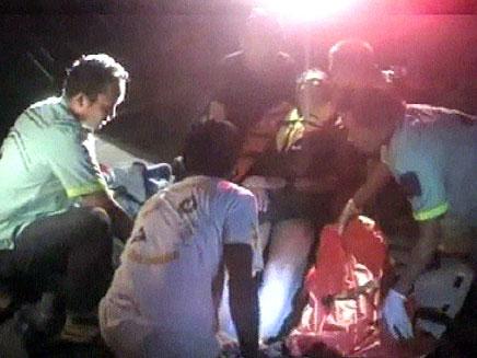 פינוי הפצועים מהסירה, הלילה (צילום: חדשות 2)