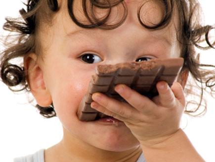 ילד אוכל שוקולד (צילום: Anetta_R, Istock)