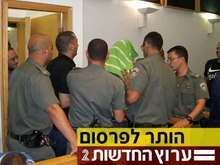 החשודים מפרשיית ברית אחים בבית משפט שלום עכו (צילום: פוראת נסאר)