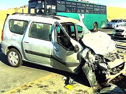 התנגשות חזיתית בין אוטובוס למכונית פרטית, ארכיון (צילום: חדשות 2)