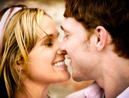 זוג מתנשק (צילום: TriggerPhoto, Istock)