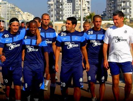 גרגורי והשחקנים של אשדוד באימון (צילום: מערכת ONE)