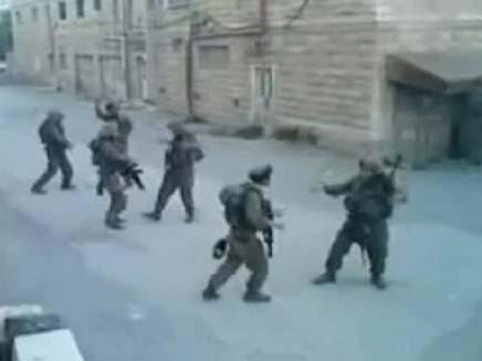 """חיילים בחברון שרים את """"שיר המקפלות"""" (צילום: חדשות 2)"""