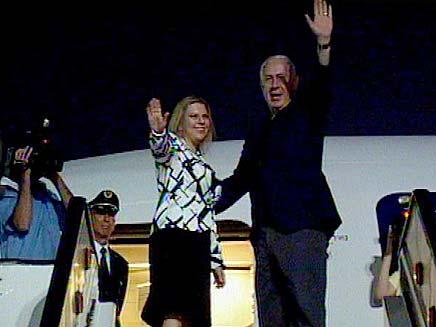 נתניהו ורעייתו בדרך למטוס (צילום: חדשות 2)