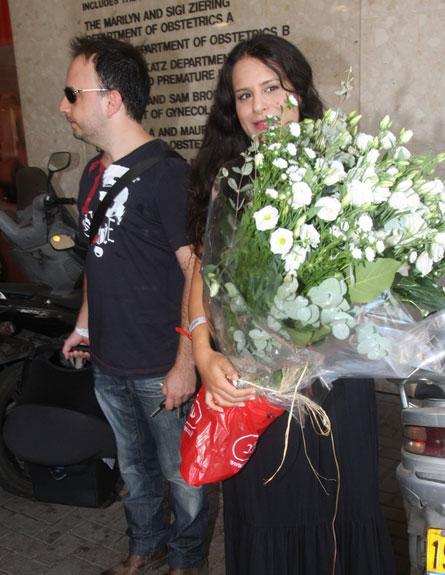 מירי מסיקה יצאה מבית חולים עם הילדה 4 (צילום: אלעד דיין)