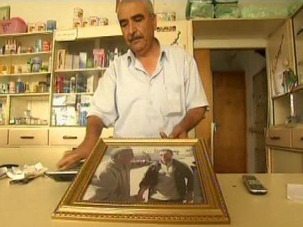 אביו של לואי סעאדי מחזיק תמונה (צילום: חדשות 2)