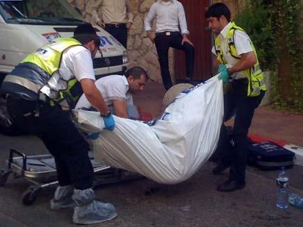 גופתו של הקשיש, הבוקר בבני ברק (צילום: HNN)