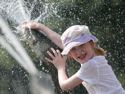 קיץ, חם, שמש, ילדה מתרעננת במים (צילום: רויטרס)