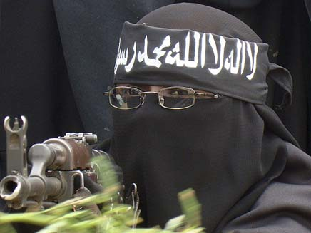 חמושה במשקפיים וקלצ'ניקוב (צילום: הסאן)