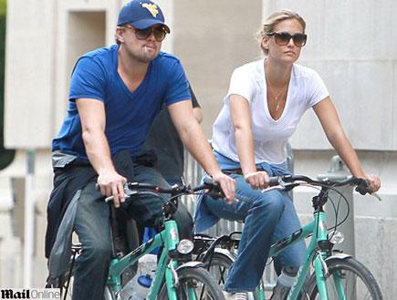 בר רפאלי וליאונרדו דיקפריו רוכבים על אופניים בפארי