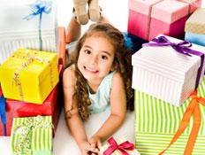 ילדה קטנה עם מתנות מסביב (צילום: Aldo Murillo, Istock)