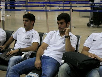 """שחקני מכבי פ&""""ת מחכים לטיסה (יניב גונן) (צילום: מערכת ONE)"""