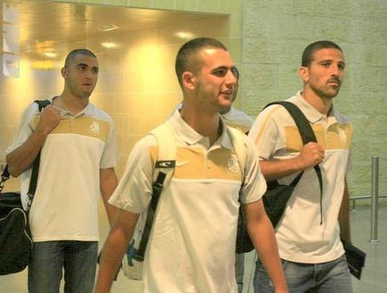 שחקני אשדוד בדרך למחנה האימונים (יניב גונן) (צילום: מערכת ONE)
