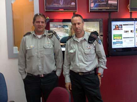 """קציני הבקו""""ם בדסק חדשות 2 באינטרנט (צילום: חדשות 2)"""