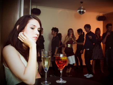 אישה עצובה במסיבה (צילום: nullplus, Istock)