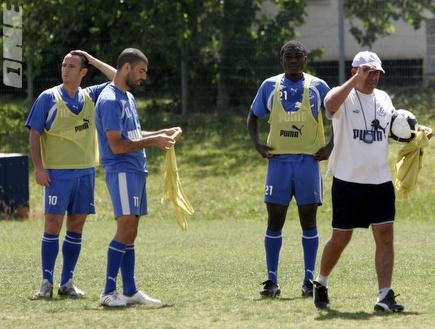 מחפוד עם השחקנים באימון. ניצחון בכורה (שי לוי) (צילום: מערכת ONE)