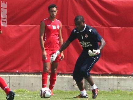 אניימה וזהבי עם כדור הליגה האירופית (רועי גלדסטון) (צילום: מערכת ONE)