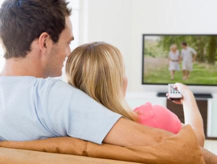 זוג מחובק צופה בטלוויזיה (צילום: monkeybusinessimages, Istock)