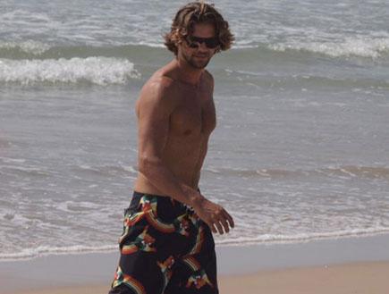 גיא גיאור משחק כדורגל בים (צילום: אלעד דיין)