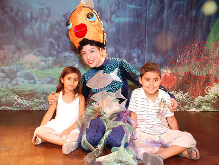 ילדים עם שחקנית (צילום: שירלי אהרון)