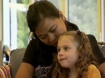 ניקה והמטפלת. מי ידאג לילדה המוגבלת? (צילום: חדשות 2)